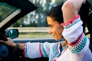 Chica al volante